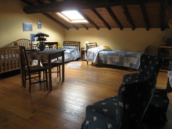 Villa Rosa  Etna Bed & Breakfast : the 2 single beds in top floor room