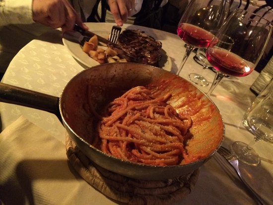Taverna Trilussa: Delicious creamy pasta with bacon, tomato and ricotta sauce