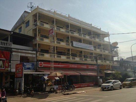 Budchadhakham Hotel: 通り沿いにホテルがあるのでわかりやすい