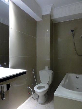 Angkor International Hotel: アンコール インターナショナル ホテル(バス・トイレ)