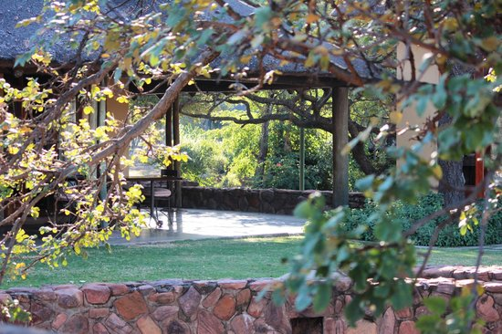 Ekuthuleni Lodge: Main patio - a part of the scene, not on top of it..