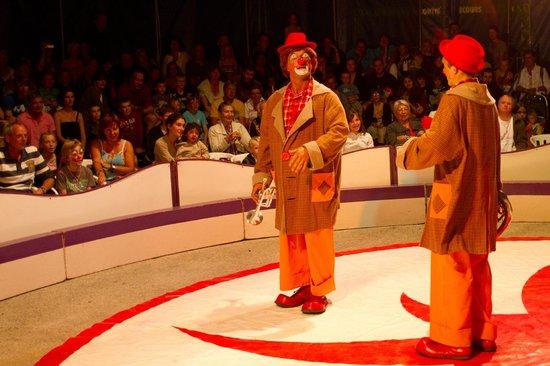 Plobannalec-Lesconil, Pháp: spectacle de cirque