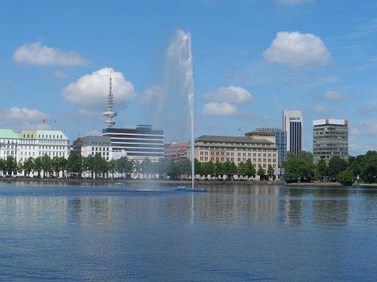 Barceló Hamburg: VISTA DEL LAGO A POCHI METRI DALL'HOTEL