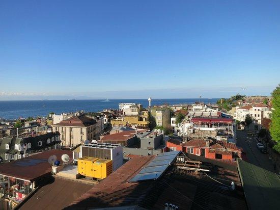 The Byzantium Hotel & Suites: Вид с террасы отеля на море