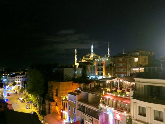 The Byzantium Hotel & Suites: Вид с террасы отеля ночью