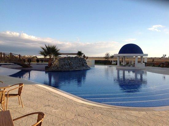 Caesar Resort: Pool area