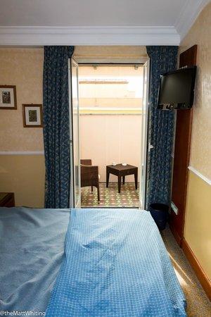 Hotel Ludovisi Palace : Bedroom, looking towards balcony