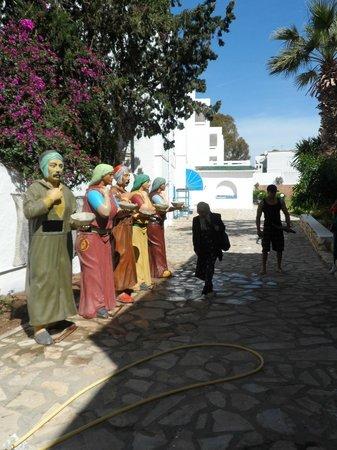 Residence la Paix : des statues pour les poubelles :D