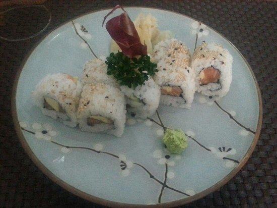 Mikaku: Maki con salmone, avocado e a parte wasabi e zenzero