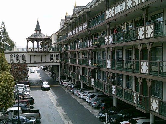 Anaheim Camelot Inn & Suites: Hotel Exterior