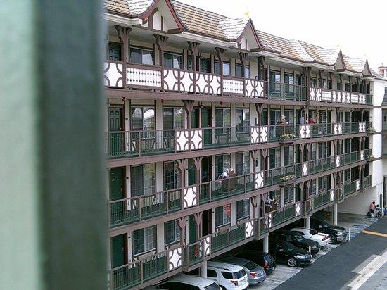 Anaheim Camelot Inn & Suites : Hotel Exterior