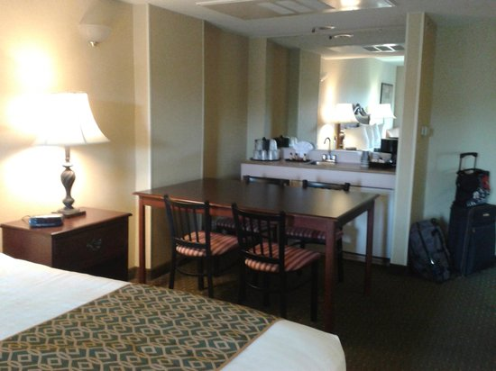 Anaheim Camelot Inn & Suites: View of King Room in Suite showing table and bar