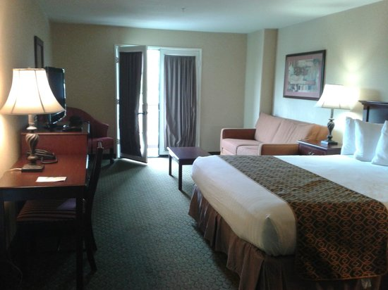 Anaheim Camelot Inn & Suites: King Room in Suite