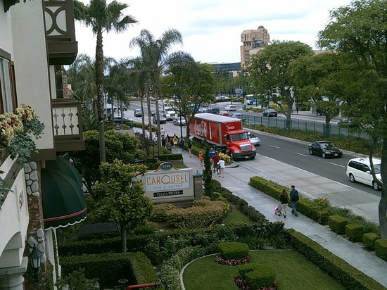 Anaheim Camelot Inn & Suites: View of Harbor Blvd from Balcony