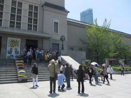 Municipal Museum of Fine Art: 美術館の向こうにハルカスが