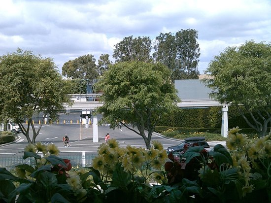 Anaheim Camelot Inn & Suites: View from Balcony of Disneyland