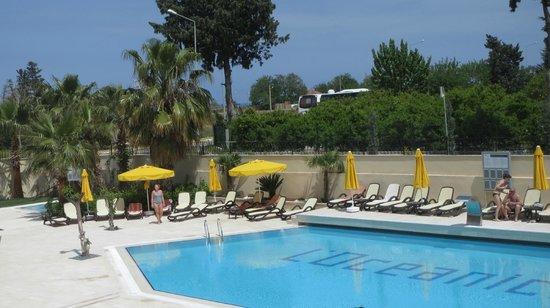 L'Oceanica Beach Resort Hotel: у бассейна