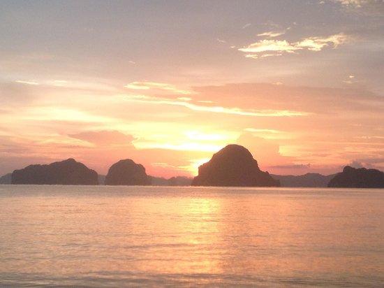 Tup Kaek Sunset Beach Resort: พระอาทิตย์ตกบริเวณหาดหน้าโรงแรม