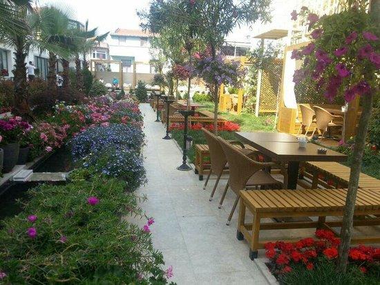 Sura Hagia Sophia Hotel: Wunderschöne Blumen und tolle Atmosphäre! Sehr empfehlenswert