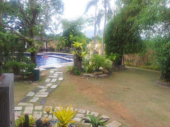 Sophia's Garden Resort: walk way to the pool area