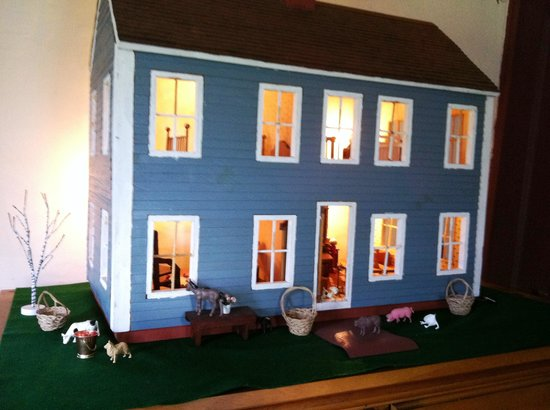 Inn at Lower Farm Bed and Breakfast: The dollhouse set for spring