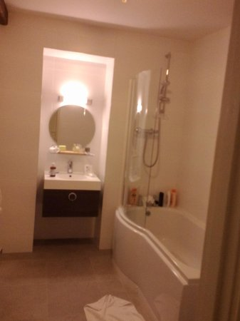 New Inn Hotel: spacious bathroom