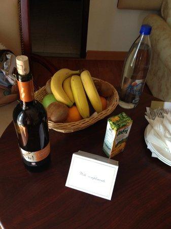 Atrium Palace Thalasso Spa Resort & Villas : Приветственная корзина фруктов, бутылка домашнего белого вина и питьевой воды