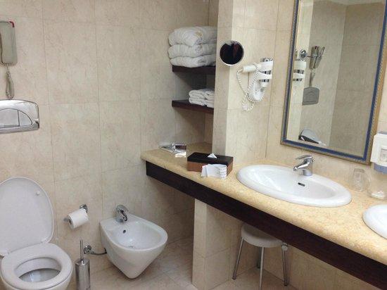 Atrium Palace Thalasso Spa Resort & Villas : Ванная комната с двумя раковинами