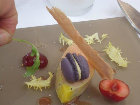 Sous Le Brin De Salade Une 1 2 Cerise Photo De Restaurant Dan B La Table De Ventabren