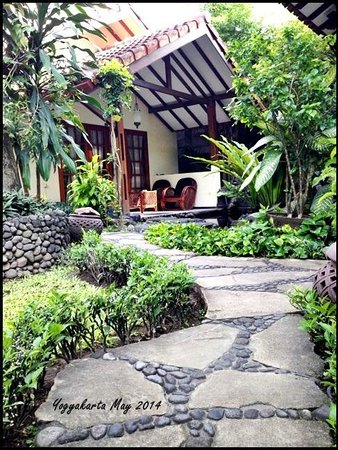 Duta Garden Hotel: The pathway to our room