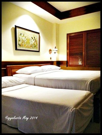 Duta Garden Hotel: The standard room. One queen size bed + an extra bed.