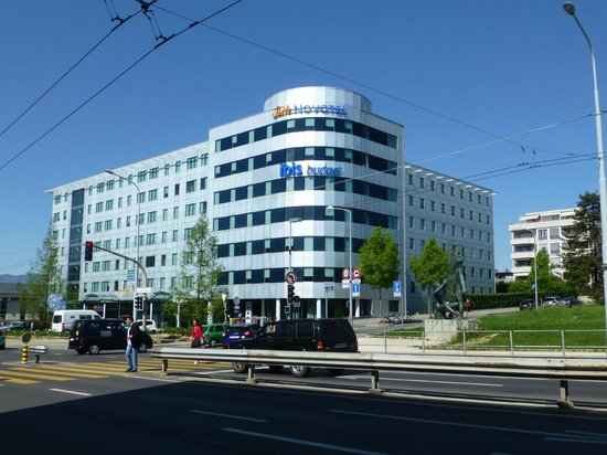 Suite Novotel Geneve : View from the shopping centre and bus stop