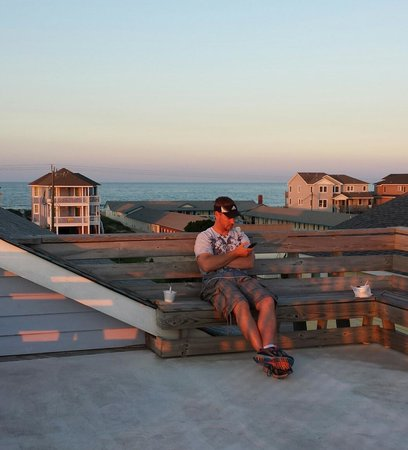 RelaxInn B&B: Enjoyed some ice cream w/hubby & had a nice view of ocean from observation deck