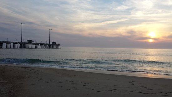 RelaxInn B&B: Sunrise on the beach near Jennette's Pier