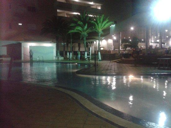 Flamingo Beach Hotel: VISTA NOCTURNA DE LA PISCINA