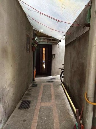 Flower Inn Taipei: walkway to the entrance