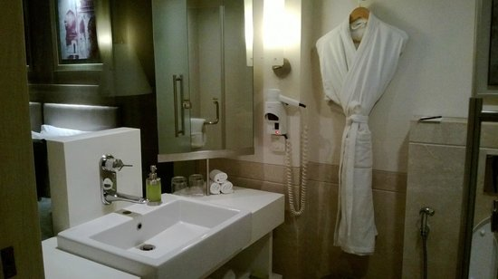 Radisson Hyderabad Hitec City : Bathroom