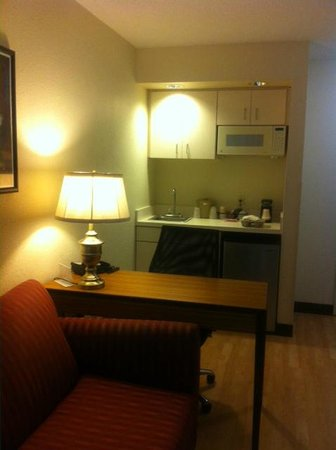Red Roof Inn Jacksonville - Southpoint : Office Desk & Kitchenette