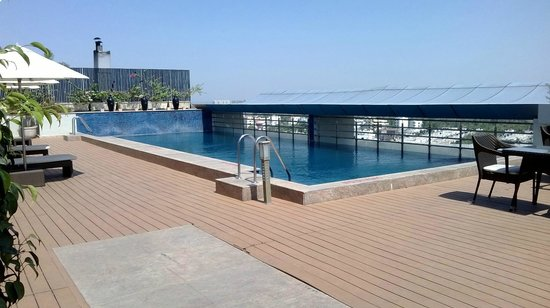 Radisson Hyderabad Hitec City: Rooftop Pool
