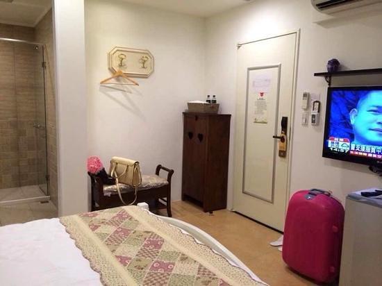 Flower Inn Taipei: Very clean room with big TV,1.5hp aircon, shoes rack, & small fridge.