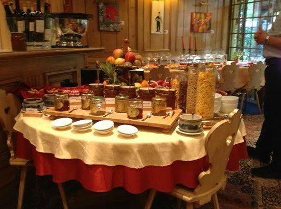 Hotel Restaurant les Pins : Breakfast