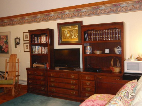 Arbor House Country Inn: bookshelf & TV stand area
