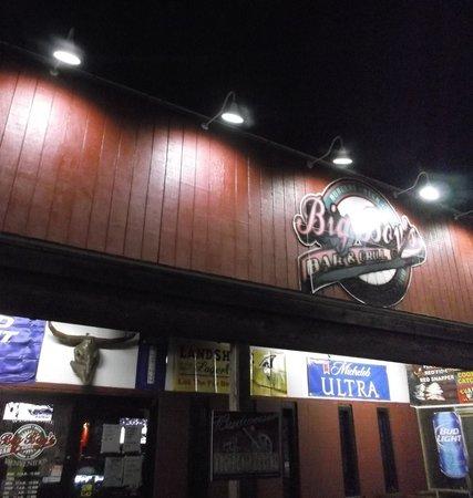 Big Boys Wings and Sports Bar: At night / 6 de mayo 2014.