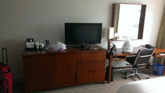 Westin Lombard Yorktown Center : Tv and desk