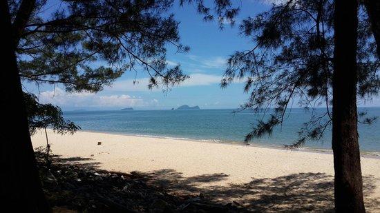 Damai Beach Resort: The beach in front