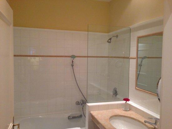 Bristol Hotel Salzburg: Das kleine Bad ohne separate Dusche