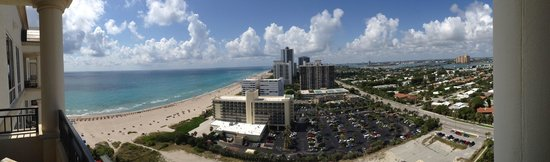 Palm Beach Marriott Singer Island Beach Resort & Spa : View from Terrace - south