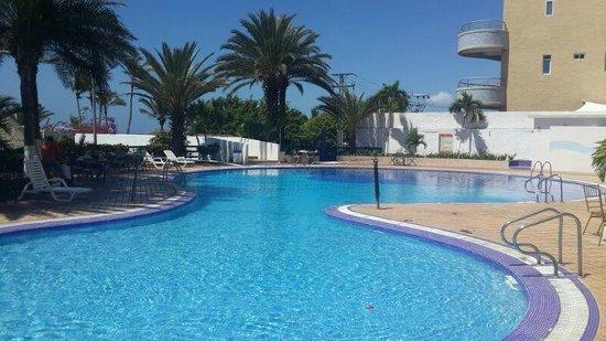 Flamingo Beach Hotel: Piscina