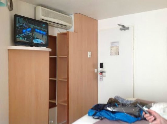 Ibis Reims Centre: The room is small!