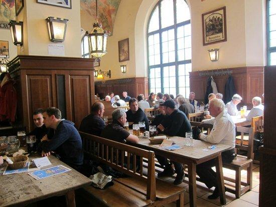 Hofbrauhaus Munchen: Посетители первого зала